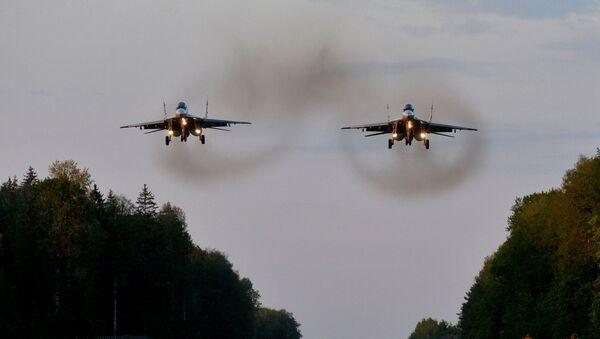 Самалёты МІГ-29 праходзяць над месцам пасадкі на трасе М-4. - Sputnik Беларусь