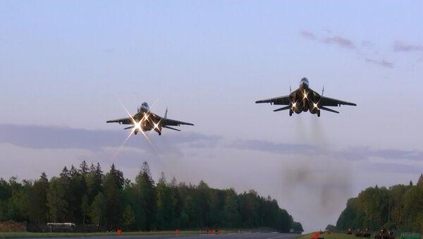 Ночная посадка: пилоты ВВС Беларуси провели учения на автотрассе - Sputnik Беларусь
