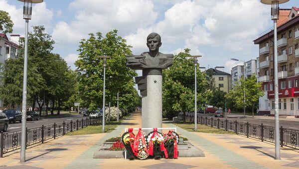 Памятник Владимиру Карвату в Бресте - Sputnik Беларусь