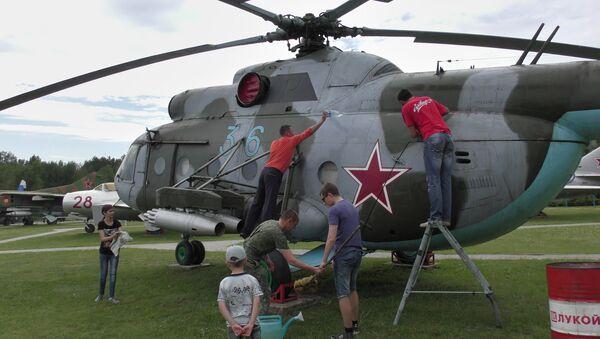 Музей авиации пригласил волонтеров помыть самолеты и вертолеты. - Sputnik Беларусь