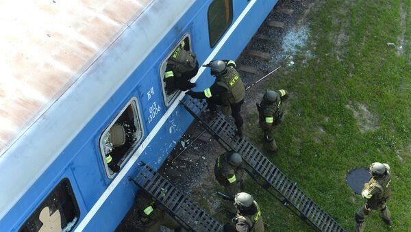 Штурм железнодорожного вагона, в котором, по сценарию, укрылись террористы - Sputnik Беларусь