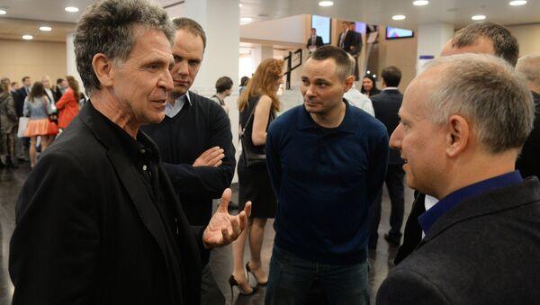 Журналист немецких телерадиокомпаний ARD / NDR Хуберт Зайпель (слева) перед началом презентации своей книги Путин: логика власти - Sputnik Беларусь