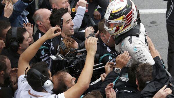 Механики команды Mercedes GP приветствуют победителя Гран-при Канады - Sputnik Беларусь