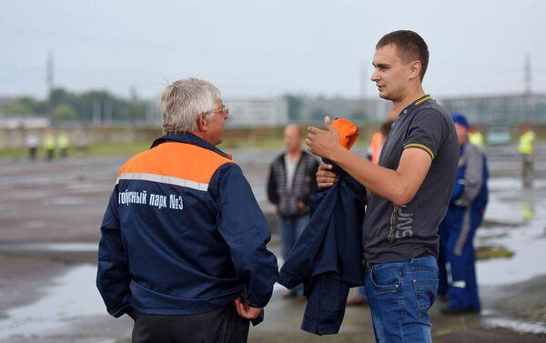 При входе в разворот асфальт неровный, смотри в оба, предупреждает коллегу участник из Речицы - Sputnik Беларусь
