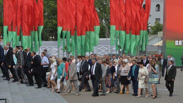 Удзельнікі Пятага Усебеларускага сходу прыбытку на Кастрычніцкую плошчу - Sputnik Беларусь
