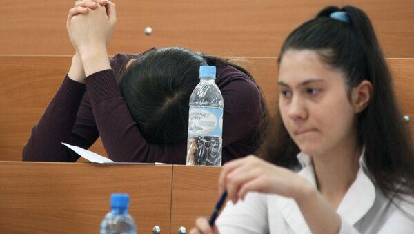 Абитуриенты на экзамене в вузе. Архивное фото - Sputnik Беларусь
