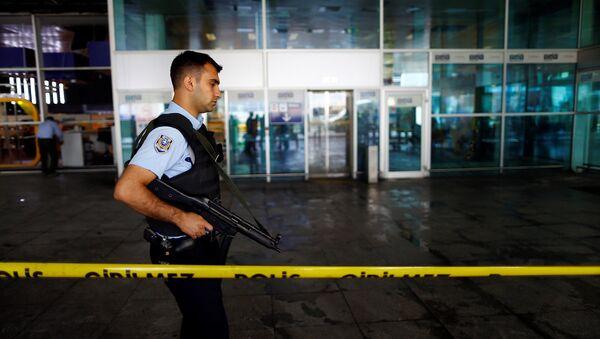 Оцепление в аэропорту в Стамбуле после теракта - Sputnik Беларусь