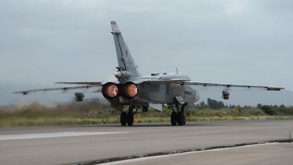 Российский самолет Су-24 совершает посадку на авиабазе Хмеймим в Сирии - Sputnik Беларусь