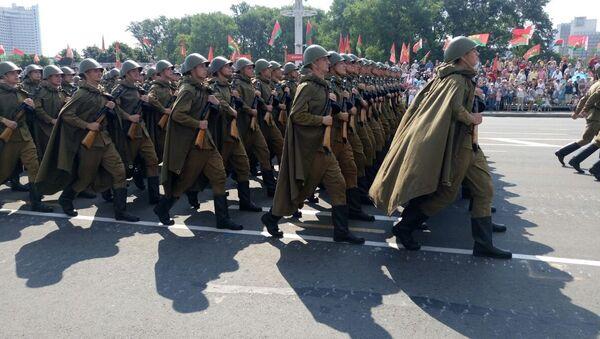 Вайскоўцы ў форме часоў ВАВ на парадзе 3 ліпеня ў Мінску - Sputnik Беларусь