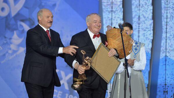 Александр Лукашенко віншуе Міхаіла Фінберга - Sputnik Беларусь