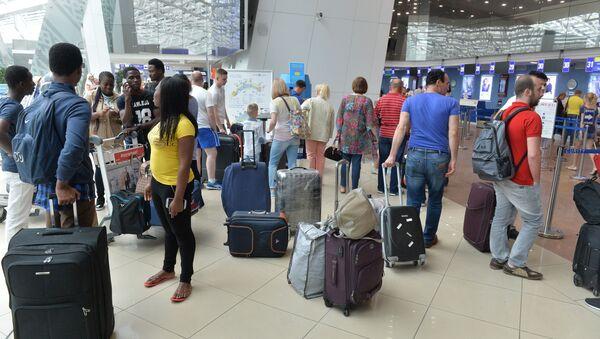 Туристы в аэропорту, архивное фото - Sputnik Беларусь