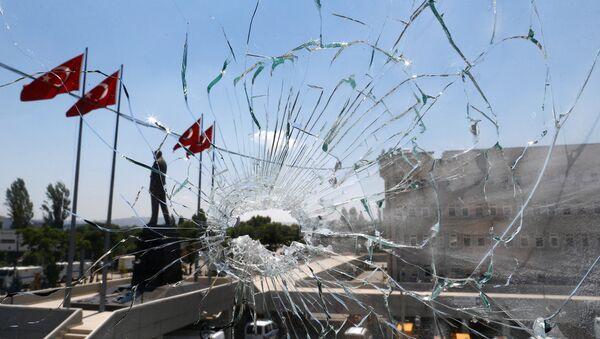 Разбитое стекло в здании полиции в Анкаре - Sputnik Беларусь