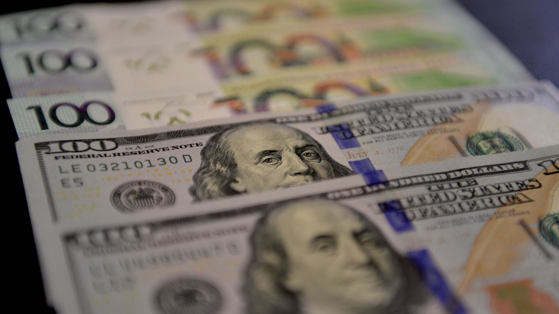 Доллары и белорусские рубли - Sputnik Беларусь, 1920, 04.04.2021