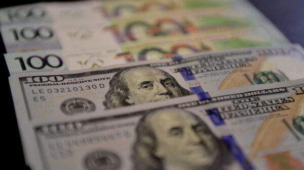 Доллары и белорусские рубли - Sputnik Беларусь