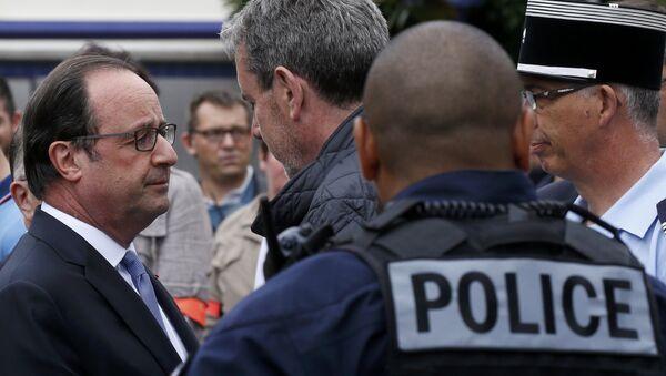 Франсуа Олланд на месте происшествия в пригороде Руана - Sputnik Беларусь