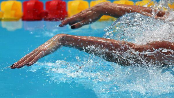 Пловчиха в бассейне. Архивное фото - Sputnik Беларусь