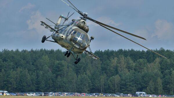 На фестывалі #Пронебо з паказальнымі палётамі выступіў легендарны савецкі верталёт Мі-8, архіўнае фота - Sputnik Беларусь