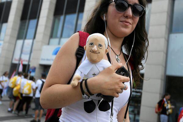Девушка с куклой Папы Римского - Sputnik Беларусь