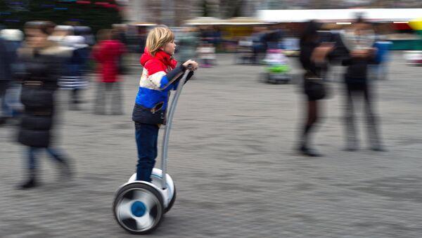 Гироскутер стал уже привычным гаджетом в городской среде, главное - не забыть зарядить аккумулятор - Sputnik Беларусь