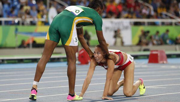 Белорусская легкоатлетка Марина Арзамасова (справа) и южноафриканка Кастер Семеня - Sputnik Беларусь