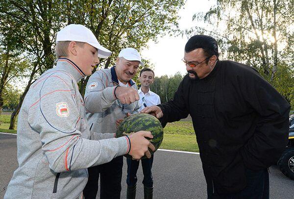 Гостю из Голливуда Стивену Сигалу Александр Лукашенко показал свои угодья и дал оценить овощи с грядок. На фото Коля держит арбуз, выращенный в Дроздах.В 2016 году Николай впервые заявил о себе как о самостоятельной медиаперсоне. Тогда он дал интервью 11-летнему российскому журналисту Евгению Гришину, в котором рассказал, что не слишком хочет быть президентом, как его отец. - Sputnik Беларусь
