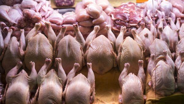Прилавок с мясом птицы. Архивное фото - Sputnik Беларусь