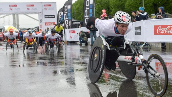 Спортсмены-паралимпийцы в ходе благотворительного забега - Sputnik Беларусь