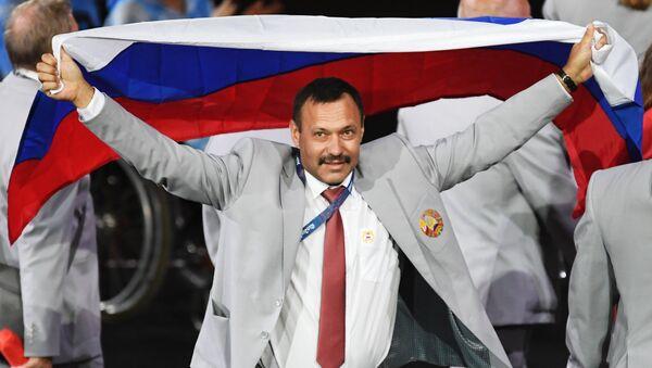 Директор Республиканского центра олимпийской подготовки по легкой атлетике Андрей Фомочкин с флагом России - Sputnik Беларусь