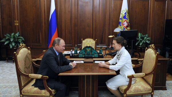 Прэзідэнт РФ Пуцін і Ганна Кузняцова , прызначаная Упаўнаважаным пры прэзідэнце па справах дзяцей - Sputnik Беларусь
