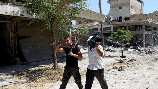 Бойцы сирийской армии на территории освобожденного района Рамусе на юге Алеппо - Sputnik Беларусь