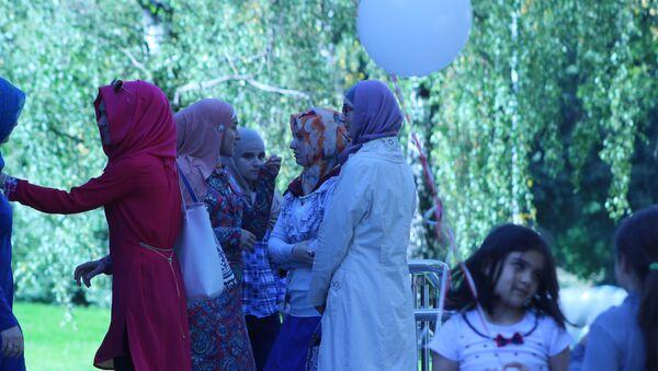 Молодые мусульманки собрались у мечети на праздник - Sputnik Беларусь