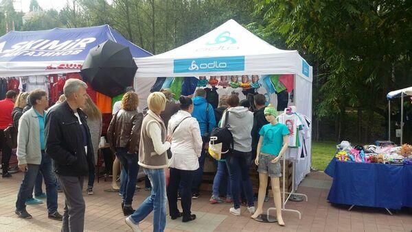 Очередь в палатку, где продают одежду из коллекции Дадьи Домрачевой - Sputnik Беларусь
