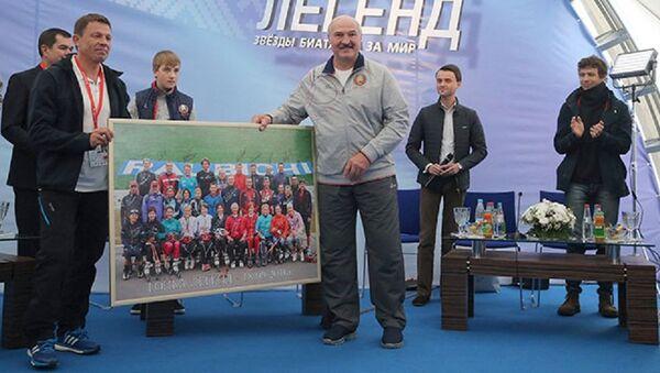Звезды мирового биатлона вручили подарки президенту - Sputnik Беларусь