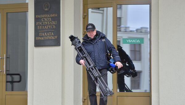 Видеооператор выходит из Дома правительства - Sputnik Беларусь