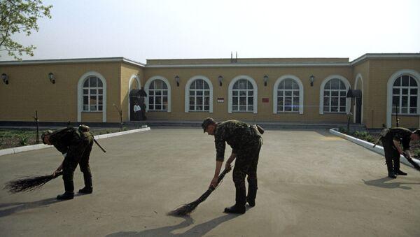 Уборка территории бойцами - Sputnik Беларусь