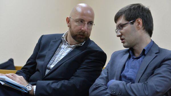 Юрий Карманов (слева) с адвокатом Сергеем Зикрацким - Sputnik Беларусь