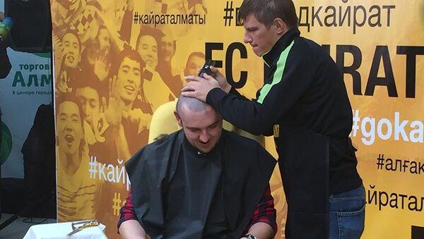 Аршавін голіць журналіста - Sputnik Беларусь