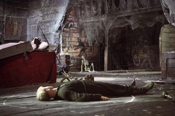 Во время съемок Леонид Куравлев поймал актрису Наталью Варлей, падающую с трехметровой высоты из летающего гроба, и чудом спас ее. - Sputnik Беларусь
