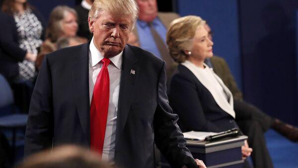 Дональд Трамп во время дебатов с Хиллари Клинтон - Sputnik Беларусь