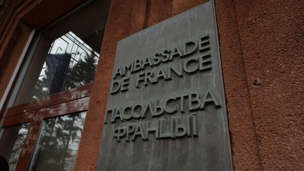 Табличка на Посольстве Франции в Минске - Sputnik Беларусь