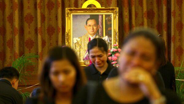 Скорбящие граждане у портрета короля Таиланда - Sputnik Беларусь