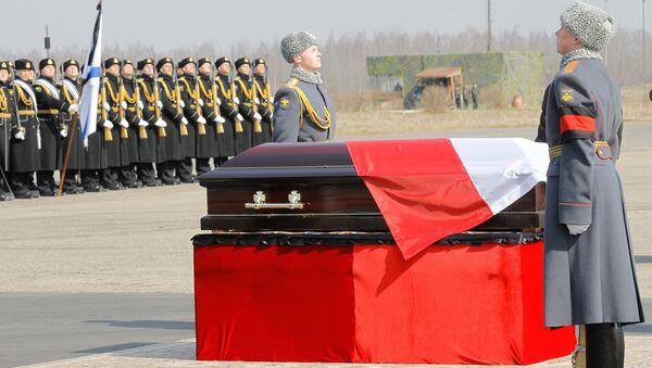 Тело президента Польши Леха Качиньского, погибшего в результате авиакатастрофы в Смоленской области, отправлено в Варшаву - Sputnik Беларусь