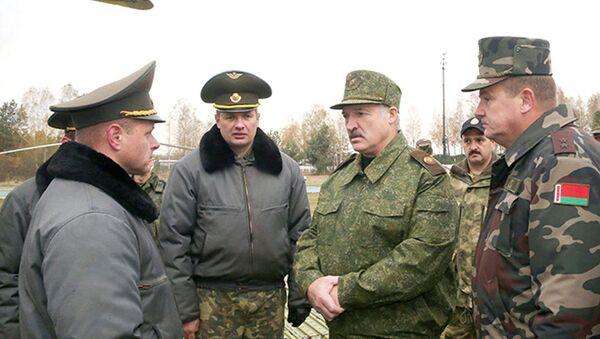 Президент Беларуси Александр Лукашенко во время посещения Обуз-Лесновского полигона, 19 октября 2016 года - Sputnik Беларусь