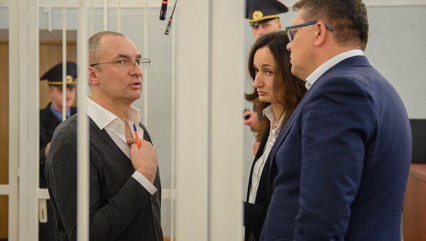 Александр Муравьев (слева) в зале суда - Sputnik Беларусь