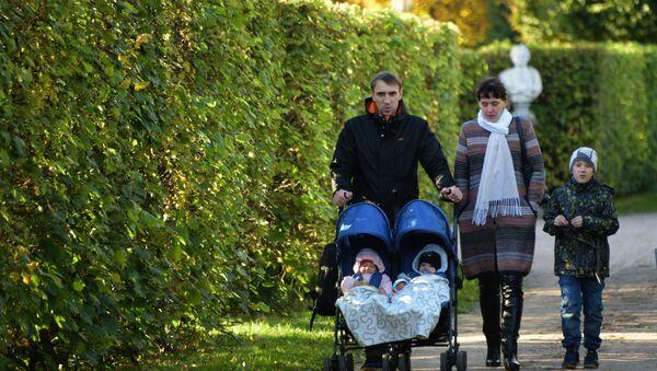 Маладая сям'я гуляе па парку, архіўнае фота - Sputnik Беларусь