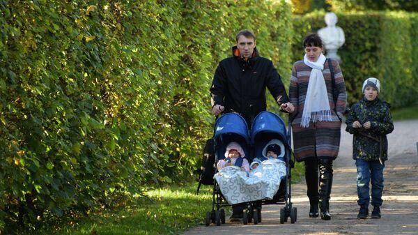 Молодая семья гуляет по парку, архивное фото - Sputnik Беларусь
