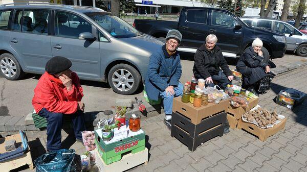 Пенсионерки, торгующие на улице - Sputnik Беларусь