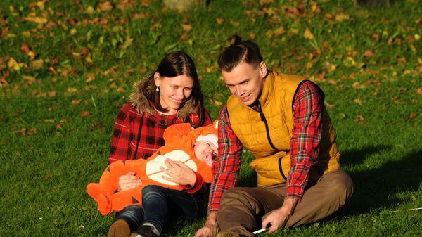 Молодая семья с ребенком, архивное фото - Sputnik Беларусь