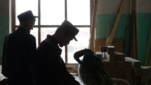 Заключенные работают в столярном цехе - Sputnik Беларусь