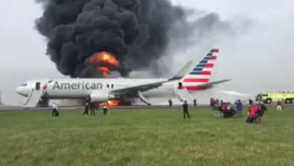 Спутник_Boeing загорелся после неудачного взлета в аэропорту Чикаго. Съемка очевидца - Sputnik Беларусь